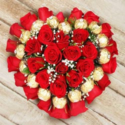 Delightful Heart Shaped Arrangement of Roses N Ferrero Rocher Chocolate to Dhoraji