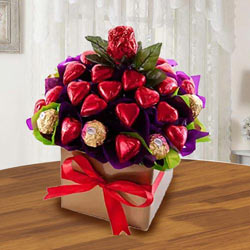 Tasty Ferrero Rocher n Heart Shaped Hond-made Chocolates Arrangement to Annur