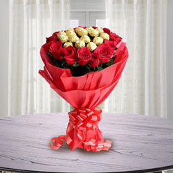 Marvellous Bouquet of Ferrero Rocher Chocolate with Roses to Aligarh