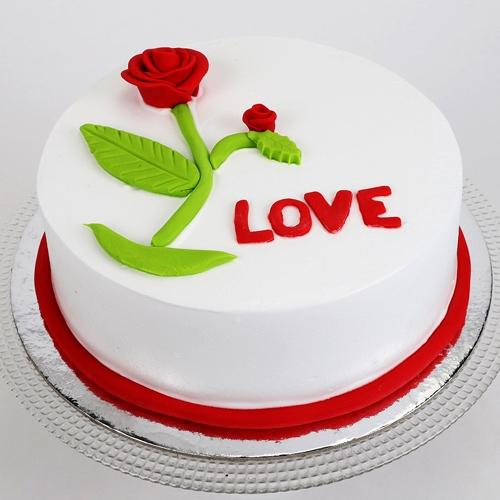 Lip-Smacking Vanilla Flavor Cake for Rose Day to Aluva